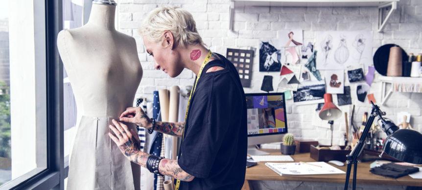 Ragazza che realizza un cartamodello in un laboratorio di moda