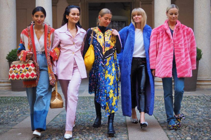 Foto di gruppo di modelle con abiti variamente coloriti. Collezione autunno inverno 2020