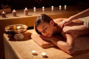 Ragazza che viene massaggiata in una spa