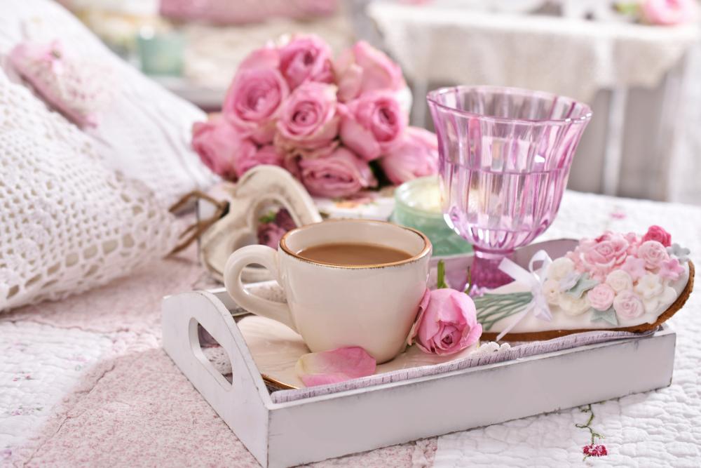 Vassoio in stile Shabby Chic con motivi floreali sul tema delle rose.