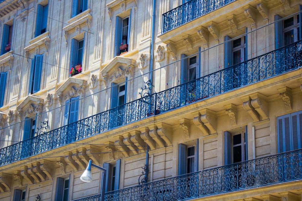 Fronte di un palazzo della Provenza nei colori oro, blu e bianco