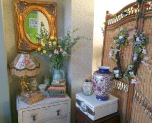 Particolare di accessori di arredo Shabby Chic con lampada da tavolo, vasi in porcellana e altri soprammobili