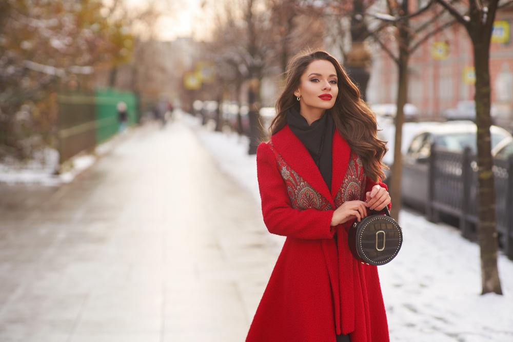 Ragazza che indossa un cappotto rosso vivo
