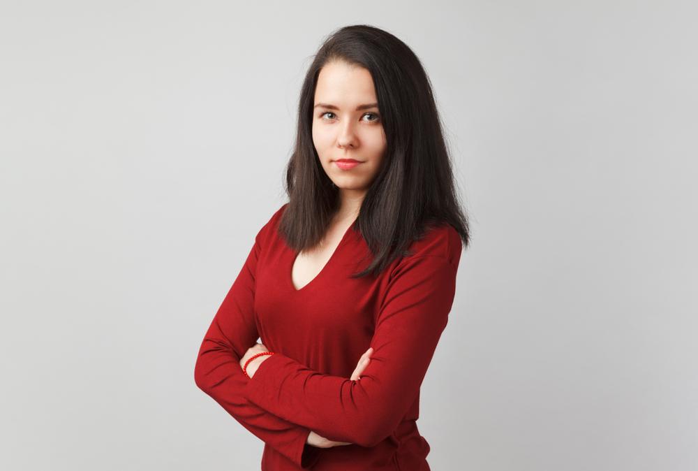 Mezzo busto di ragazza che indossa un maglioncino rosso con scollo a V