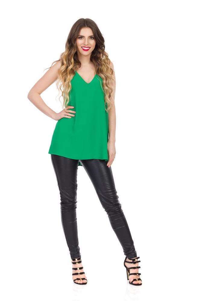 Ragazza che indossa leggins neri e canotta verde