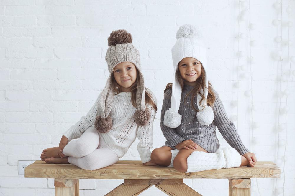 Due bimbe che indossano abbigliamento invernale