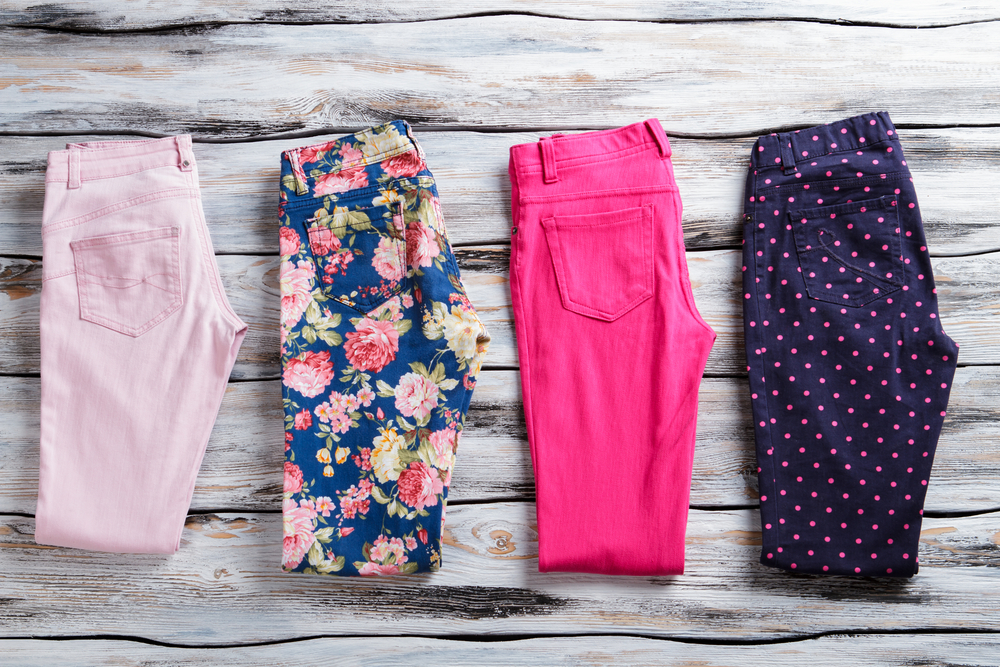 Immagine Still Life di vari modelli di pantaloni. Si tratta di 4 modelli (due in tinta unita e due a fantasia)