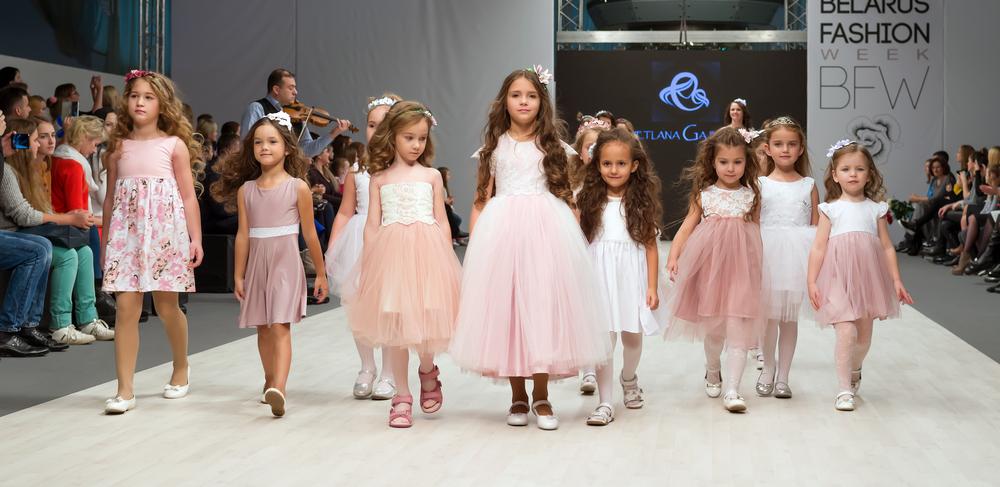 Foto di gruppo di sfilata. Bimbe in abiti eleganti sui temi del rosa