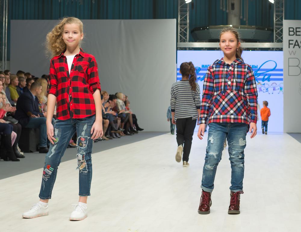 Coppia di bimbe che indossano jeans e camicie scozzesi
