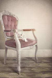 Sedia imbottita in stile Shabby Chic nei toni del crema e rosa antico