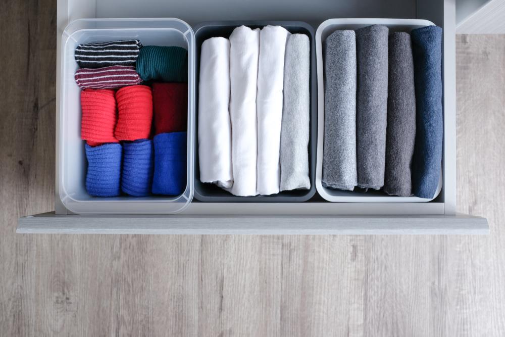 Esempio di cassetto con biancheria ordinata per colore da mettere nel guardaroba