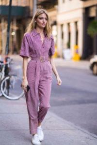 Ragazza che indossa una tuta primaverile in cotone color lavanda