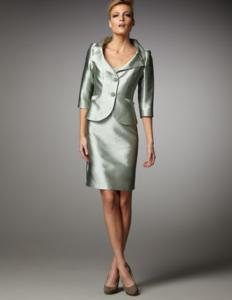 Ragazza che indossa un tailleur elegante in raso verde salvia con decollete color tortora