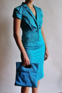 Ragazza che indossa un completo turchese con borsa abbinata