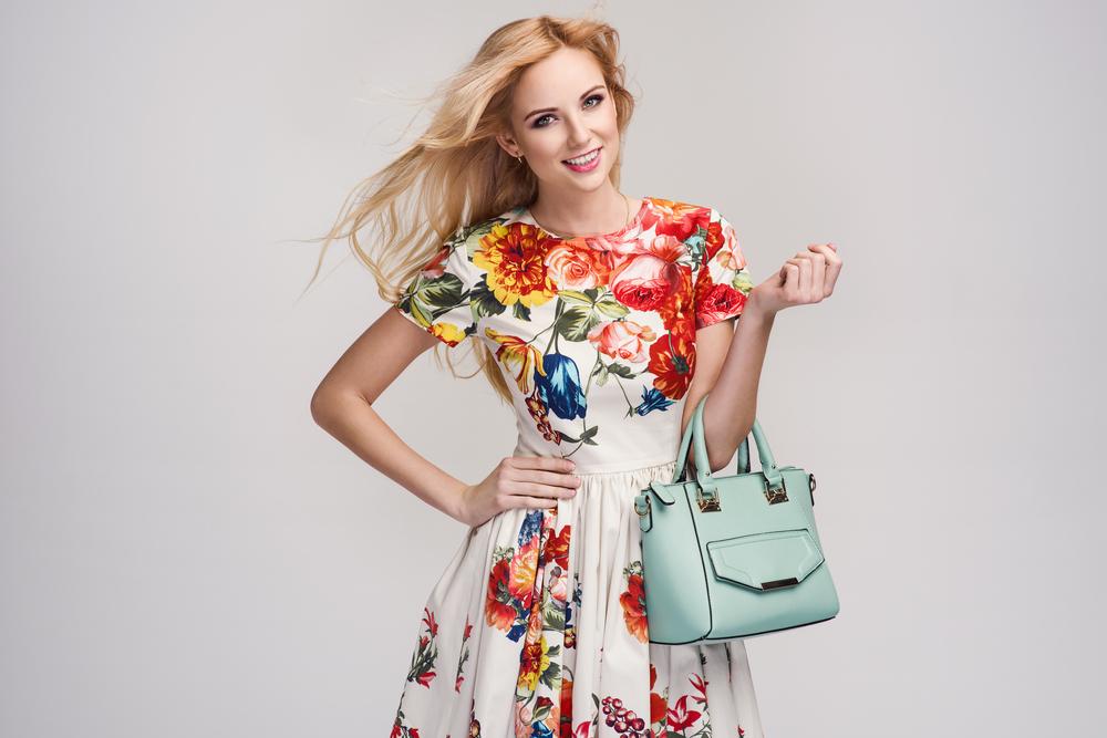 Abito da donna bianco con motivi floreali e borsa hand bag azzurro polvere