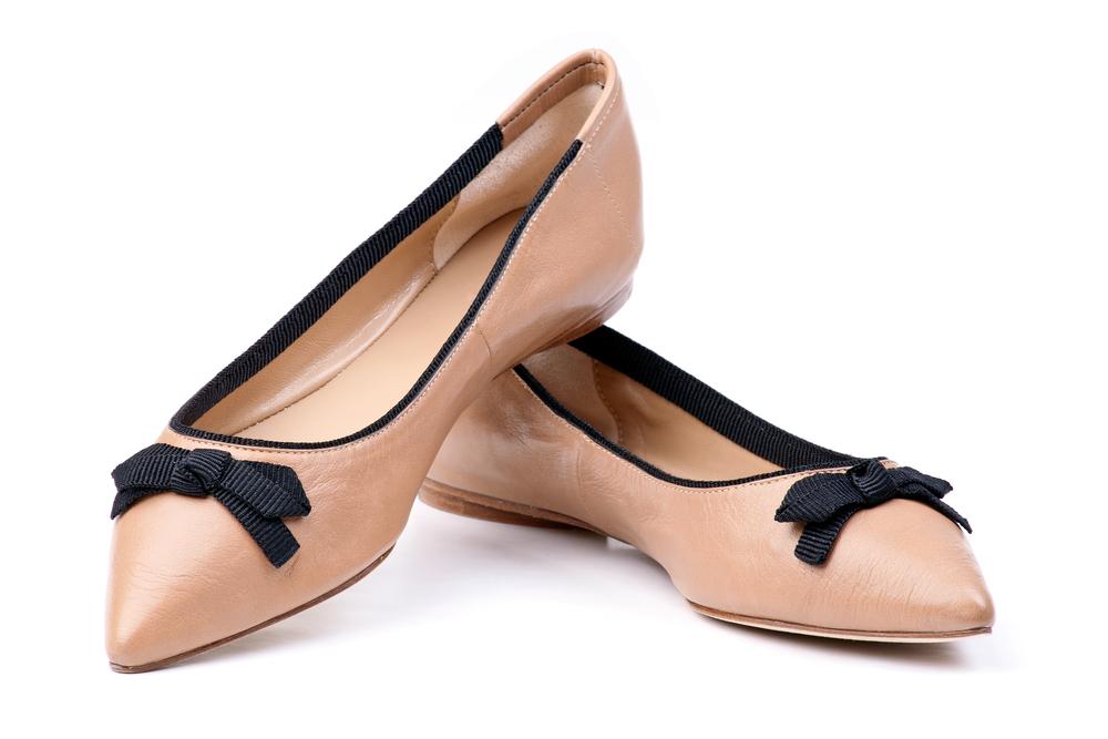 Immagine di scarpe tipo ballerina nei toni del rosa con fiocco nero