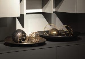 Primo piano su due centrotavola in metallo e bronzo