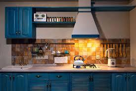 Cucina lineare in legno blu e bianca