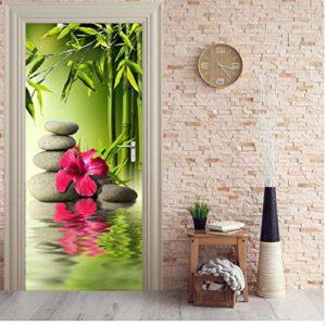 Porta decorata con tema lago e stone balance. In primo piano fiore di loto fucsia