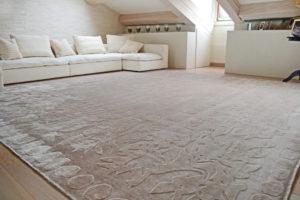 Particolare id salotto con tappeto in fibre naturali color ecrù
