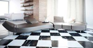 Particolare di salotto con divano angolare e pavimento a scacchi bianchi e neri
