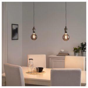lampadari da soffitto in metallo a globo con luce in vista