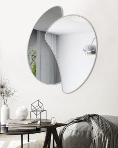 Specchio da arredo di forma tondeggiante simile a Yin e Yang
