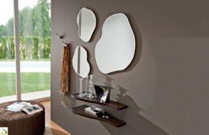 Composizione di specchi da arredo di forme tondeggianti e irregolari