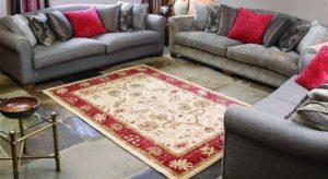 Particolare di salotto con tappeto persiano nei toni del panna e rosso